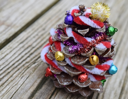 Kids-Christmas-Craft-Pinecone-Christmas-Tree-MamaBuzz